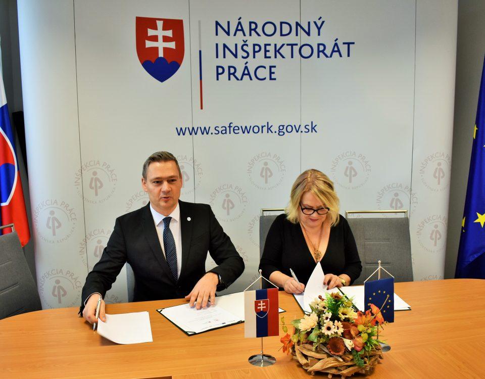 Ing. K. Habina, generálny riaditeľ NIP a PhDr. S. Porubänová, riaditeľka IVPR podpisujú Memorandum o spolupráci