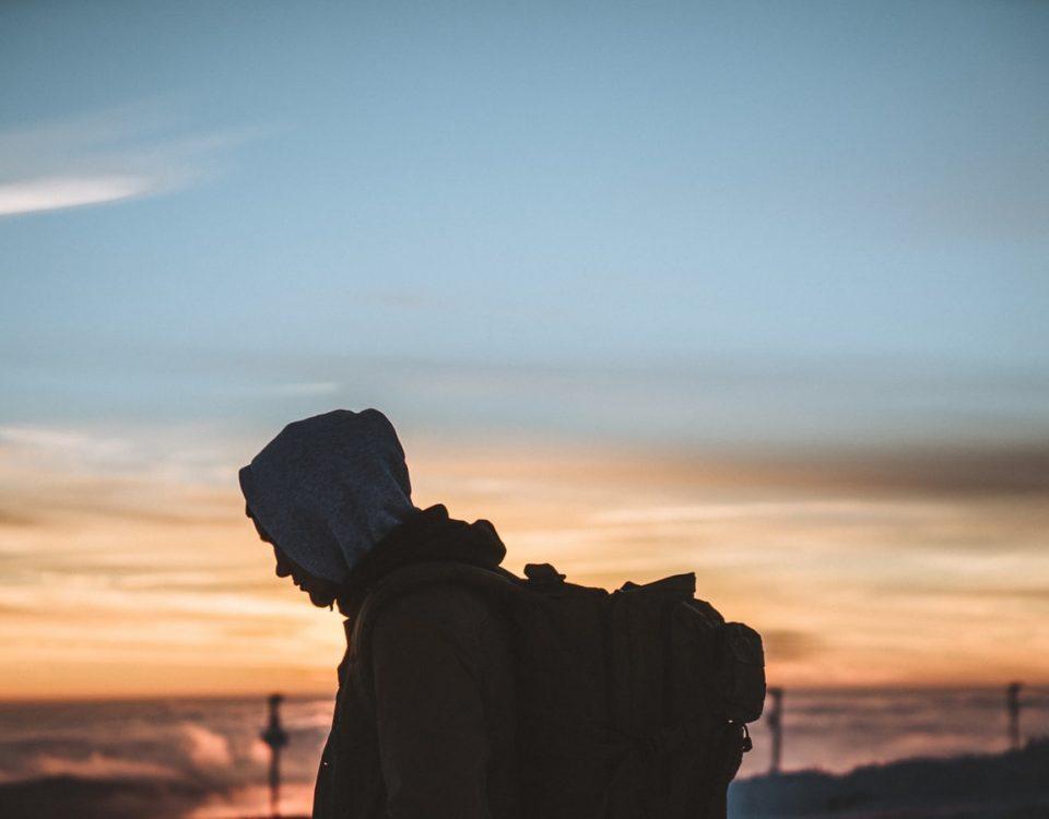 Ilustračný obrázok mladého muža s batohom na chrbte