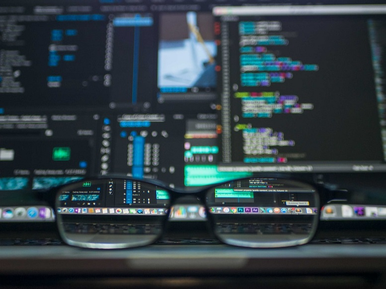 Ilustračný obrázok - okuliare, počítačové monitory so štatistickými údajmi