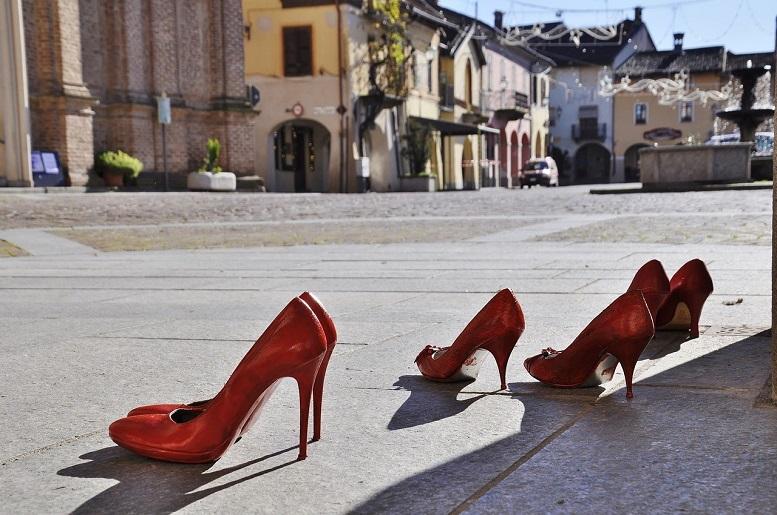 Ilustračný obrázok - vyzuté červené topánky - lodičky na dlažbe