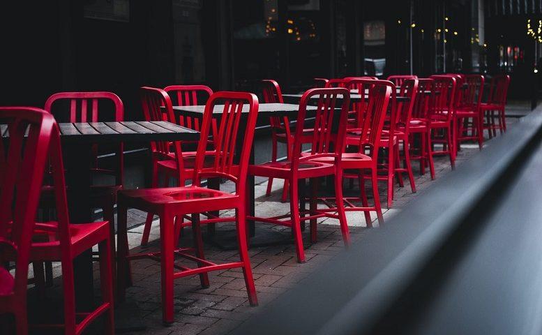 Ilustračné foto - prázdne stoly a stoličky v kaviarni v exteriéri