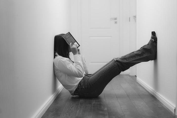 Ilustračný obrázok - študentka sediaca na zemi